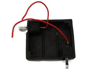 Pokrywa z zalanymi klemami i wyprowadzonymi kablami do podłączenia akumulatora zamiennika. Przy zastosowaniu takiej pokrywki całość wygląda jak w orginale na wystające klemy można założyć prostokątną gumową osłonę.